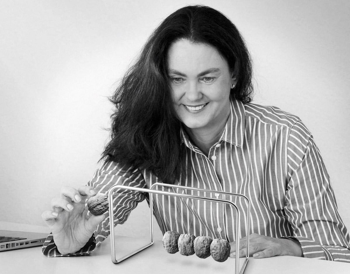 Britta von der Linden, SW-Porträt mit Energie-Pendel
